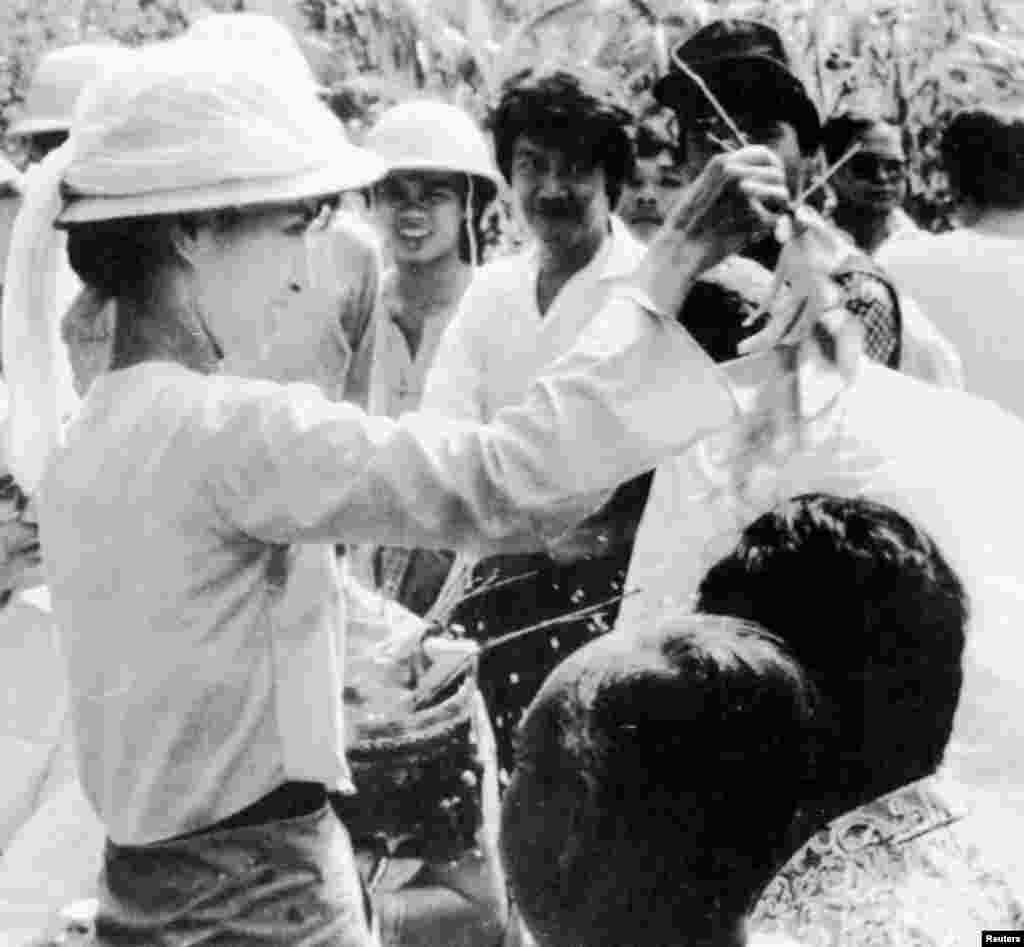 Aung San Suu Kyi addresses crowd of supporters in Rangoon, Burma, July 7, 1989.