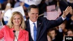 Mitt Romney sa suprugom Ann pozdravlja pristalice u Bostonu. (AP Photo/Stephan Savoia)