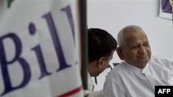 Nhà hoạt động xã hội Anna Hazare, phải, tuyệt thực chống tham nhũng tại New Delhi, Ấn Độ, 07/04/2011