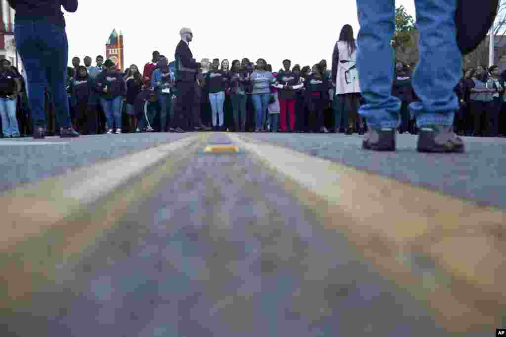هواداران در حال راهپيمايی به سمت پل ادموند پيتوس در سلما (آلاباما) برای ادای احترام به ياد و خاطره مارتين لوتر کينگ-- ۲۸ ديماه ۱۳۹۳ (۱۸ ژانويه ۲۰۱۵)