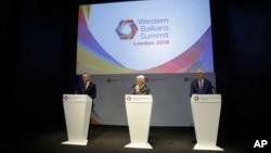 Nemački ministar za evropu Mihael Rot, levo, govori dok britanski ministar za Evropu i Ameriku, Alen Dankan (centar) i poljski ministar spoljnih poslova, Jacek Czaputovic slušaju, tokom konferencije za štampu na Samitu Zapadnog Balkana u Londonu, 9. jula 2018.