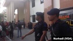 Aparat keamanan berjaga di PN Sleman, kehadirannya sempat diprotes penggugat (Foto: VOA/Nurhadi)