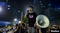 Joshua Wong, lãnh đạo phong trào sinh viên phát biểu bên ngoài văn phòng của Trưởng quan Hành chánh Hong Kong Lương Chấn Anh.