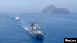 Kapal perang angkatan laut Korea Selatan ikut serta dalam latihan untuk mempertahankan sekelompok pulau vulkanik terpencil Dokdo (kanan), juga dikenal sebagai Takeshima dalam bahasa Jepang, 30 Juli 2008. (Foto: Reuters)