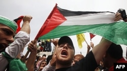 Người Palestine phất cờ ăn mừng thỏa thuận hòa giải giữa phe Fatah và Hamas trong cuộc tuần hành tại Gaza City, ngày 4/5/2011