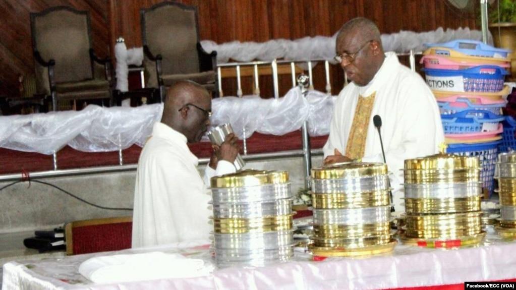 Le pasteur François David Ekofo, à droite, lors d'un culte en la cathédrale du centenaire, à Kinshasa, 20 avril 2017. (Facebook/ECC)