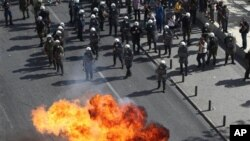 希臘反緊縮措施的抗議者向防暴警察投擲汽油彈