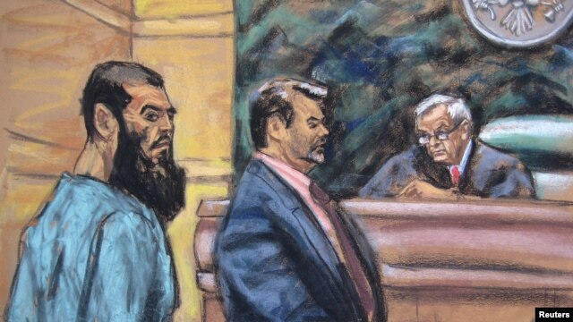 Nghi can Abid Naseer (trái) tại tòa án ở New York, ngày 7/1/2013.  i