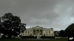 暴風雨前夕白宮烏雲密佈。