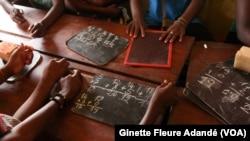 Des enfants placés apprenant à lire et à écrire à Cotonou, Bénin, le 13 juin 2019. (VOA/Ginette Fleure Adandé)