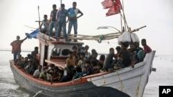 Thuyền đánh cá của ngư dân ở tỉnh Aceh chở đầy di dân được cứu cập bến cảng Simpang Tiga, Indonesia, ngày 20/5/2015.