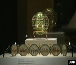 Svako od Faberžeovih carskih uskršnjih jaja sadrži iznenađenje, poput minijaturnih portreta