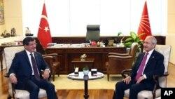 Türkiyənin Baş naziri Əhməd Davudoğlu və CHP lideri Kamal Kılıçdaroğlu Ankarada görüş zamanı, 13 iyul 2015