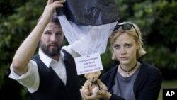 Шведы Томас Мазетти и Ханна Фрей, разбросавшие под Минском с легкомоторного самолета плюшевых медведей с плакатами
