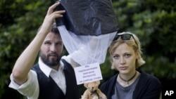 Švedjani Tomas Mazeti i Hana Frej su malim avionom narušili vazdušni prostor Belorusije i ispustili stotine medvedića sa sloganima kojima se podržavaju ljudska prava i sloboda izražavanja.