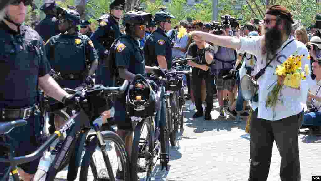 Un homme offre des fleurs à la police lors de la convention nationale de Cleveland, le 19 juillet 2016.