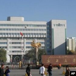 新疆大学。该校曾有学生参加7月5日的游行