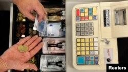 A los comercios les agradan los teléfonos multiusos y las tabletas porque requieren menor espacio que las registradoras y son más baratas.