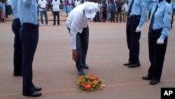 Vice-governador Malanje, António David Silva, depõe coroa de flores na Estrada Nacional 230