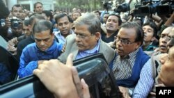 6일 방글라데시 경찰이 다카에서 반정부 시위 주동 혐의로 방글라데시국민당(BNP)의 파크룰 이슬람 알람기르 부대표를 연행하고 있다.