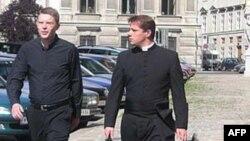 'Giáo hội nên chấm dứt việc buộc tăng lữ sống độc thân'