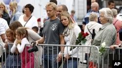挪威民眾在奧斯陸大教堂外為上週發生得的連鐶襲擊事件的死者祈禱。