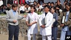 유진벨 재단의 스테판 린튼 회장이 북한 의료진과 환자들에게 의료지원 물자를 전달하고 있다. 유진벨 재단 제공. (자료사진)