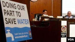 加州眾議員集會說明節水措施(美國之音國符拍攝)