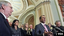 Ketua DPR baru AS, John Boehner berbicara kepada media di Capitol Hill, sementara pemimpin Senat partai Republik Mitch McConnell (kiri) mendengarkan.