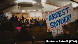 Des manifestants sont en réunion dans la mairie de Flint, Michigan, le 2 février 2016. (VOA/ Nastasia Peteuil)