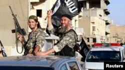 Militan ISIS di provinsi Raqqa, Suriah (foto: dok). Kelompok ISIS, Boko Haram, al-Qaida dan Taliban dituduh menyebabkan 66 persen kematian akibat teror.