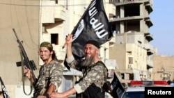 """敘利亞和美國都在攻擊導致敘利亞和伊拉克北部數千平民流離失所的""""伊斯蘭國""""武裝分子。"""