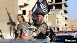 Militan ISIS melakukan parade militer di provinsi Raqqa, Suriah utara (30/6).