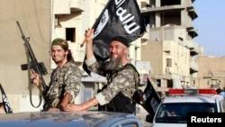 Militan kelompok ISIS di kota Raqqa, Suriah utara (foto: dok).