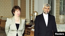Iran's chief nuclear negotiator Saeed Jalili (R) and European Union foreign policy chief Catherine Ashton arrive for talks at the Ciragan Palace in Istanbul, 21 Jan 2011.
