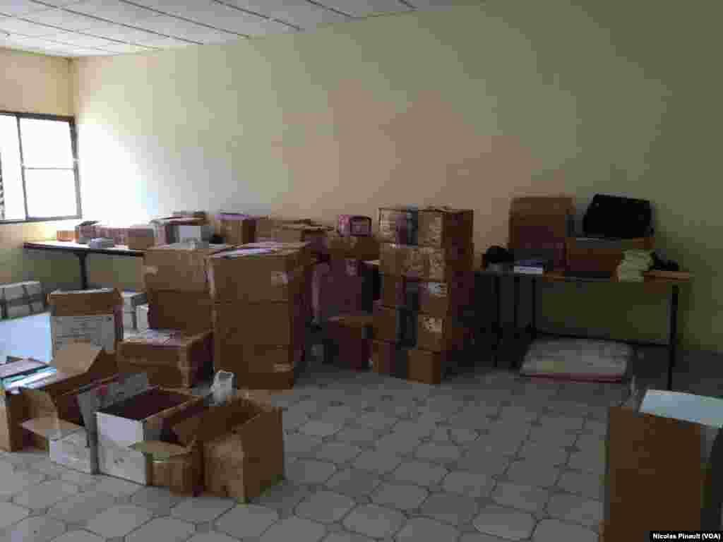 Le matériel électoral entreposé à la mairie du 5e arrondissement de Niamey va être distribué dans les bureaux de vote. (VOA/Nicolas Pinault)