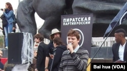 共产主义工人党主要成员巴托夫在集会上讲话。(美国之音白桦拍摄)
