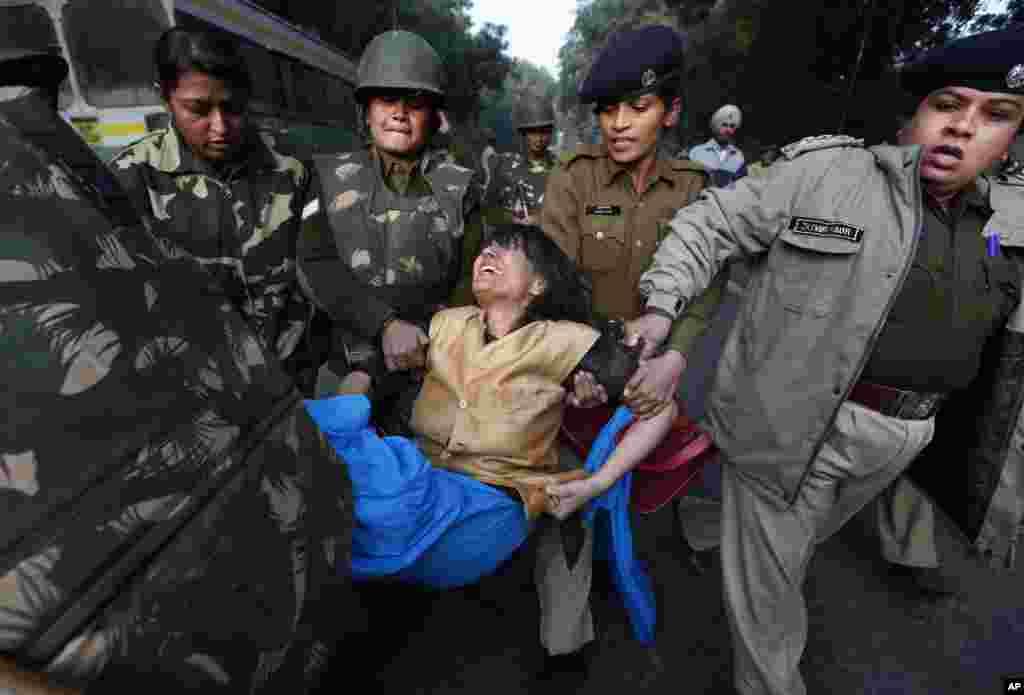 Polisi menggotong demonstran yang memprotes pemerkosaan di New Delhi (25/12). (AP/Saurabh Das)