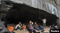 Cư dân tạm trú trong một hang đá sau hai cơn địa chấn nối tiếp nhau hai tỉnh Vân Nam và Quí Châu, Trung Quốc, ngày 8/9/2012.