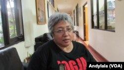 Koordinator Nasional Jaringan Nasional Pekerja Rumah Tangga (JALA PRT), Lita Anggraini, di kantor Komnas Perempuan, Jakarta, Kamis 15 September 2016. (Foto:VOA/Andylala).