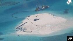 Foto yang dirilis Filipina menunjukkan kegiatan konstruksi China di sebuah karang Mabini di antara kepulauan Spratly yang dipersengketakan (foto: dok).