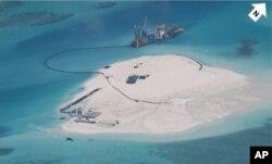 中国船在在中菲有争议的一所珊瑚礁施工。