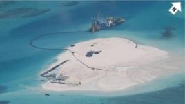 Trung Quốc vẫn tiến hành các hoạt động lấp biển lấy đất tại những đảo nhỏ mà Bắc Kinh chiếm đóng ở quần đảo Trường Sa, nơi Bắc Kinh có tranh chấp chủ quyền với Việt Nam, Philippines, Malaysia, Brunei và Đài Loan