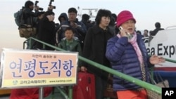People arrive from Yeonpyeong Island, at Incheon port, west of Seoul, South Korea, 23 Nov 2010