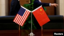 지난 2018년 베이징 중국 교통부 회의실 탁자 위에 미국과 중국의 국기가 나란히 세워져 있다.