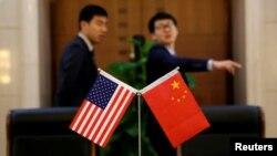 中國方面為一個簽約儀式擺放美中國旗。