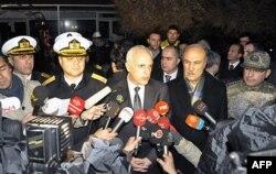 İstanbul Valisi Hüseyin Avni Mutlu gemiye yapılan operasyondan sonra gazetecilere bilgi veriyor