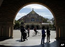 미국 캘리포니아주 산타 클라라에 위치한 스탠포드 대학 내 메모리얼 교회 주위로 학생들이 걷고 있다.