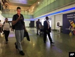 Mornari sa MT Front Alera pristižu u na Međunarodni aerodrom u Dubaiju, Ujedinjeni Arapski Emirati, 15. juna 2019, nakon što su proveli dva dana u Iranu.