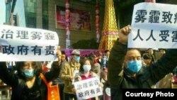 中国西安两名网民公开举牌要求政府治理日益严重的雾霾后,被当地警方传唤。(维权网)